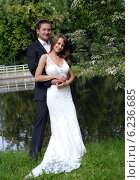 Newly married couple in park. Стоковое фото, агентство BE&W Photo / Фотобанк Лори