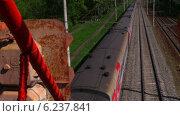Вид с моста на пассажирский поезд РЖД, проезжающий под этим мостом. Московская область (2014 год). Редакционное видео, видеограф Арташес Оганджанян / Фотобанк Лори