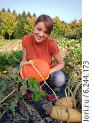 Young woman with pumpkin. Стоковое фото, агентство BE&W Photo / Фотобанк Лори