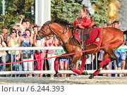 Купить «Джигитовка на конном шоу Кремлевской Школы Верховой езды на ВДНХ», эксклюзивное фото № 6244393, снято 1 июля 2014 г. (c) Алёшина Оксана / Фотобанк Лори