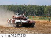 Купить «Запасной танк Т-72Б команды Венесуэлы проходит трассу. Алабино, Чемпионат мира по танковому биатлону», эксклюзивное фото № 6247313, снято 6 августа 2014 г. (c) Алексей Гусев / Фотобанк Лори