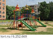 Купить «Детская игровая площадка в городе Раменское, Московской области», эксклюзивное фото № 6252669, снято 2 июля 2014 г. (c) lana1501 / Фотобанк Лори