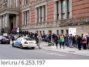 Berlin, Germany, queue in front of the Martin-Gropius-Bau (2014 год). Редакционное фото, агентство Caro Photoagency / Фотобанк Лори