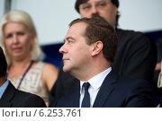 Купить «Председатель правительства РФ Дмитрий Медведев сидит на зрительской трибуне во время открытия чемпионата мира по гребле на байдарках и каноэ на гребном канале в Москве, 6 августа 2014», фото № 6253761, снято 6 августа 2014 г. (c) Николай Винокуров / Фотобанк Лори