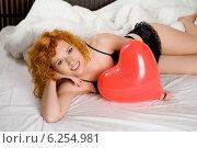 Купить «Woman on bed with a ballon.», фото № 6254981, снято 22 января 2019 г. (c) BE&W Photo / Фотобанк Лори