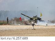 Купить «Танк Т-72Б с индийским экипажем преодолевает дымовое препятствие. Алабино, Чемпионат мира по танковому биатлону», эксклюзивное фото № 6257689, снято 6 августа 2014 г. (c) Алексей Гусев / Фотобанк Лори