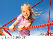 Портрет смеющейся счастливой девочки на детской игровой площадке. Стоковое фото, фотограф Сергей Новиков / Фотобанк Лори