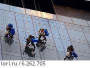 Москва-Сити, чистка окон на высоте (2014 год). Редакционное фото, фотограф Евгений Малахов / Фотобанк Лори