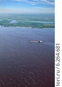 Купить «Большая река, буксир-толкач и баржа, вид сверху», фото № 6264681, снято 31 июля 2013 г. (c) Владимир Мельников / Фотобанк Лори