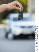 Купить «Женская рука держит ключ зажигания», фото № 6264785, снято 20 июля 2014 г. (c) Кекяляйнен Андрей / Фотобанк Лори