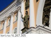 Купить «Фигура часового с копьем в античных доспехах на уровне второго яруса окон Главного Штаба. Санкт-Петербург», эксклюзивное фото № 6267305, снято 3 августа 2014 г. (c) Яна Королёва / Фотобанк Лори