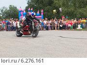 Купить «Алексей Калинин стремительно разгоняет свой мотоцикл», фото № 6276161, снято 9 августа 2014 г. (c) Николай Мухорин / Фотобанк Лори