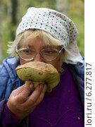 Купить «Женщина вдыхает аромат найденного белого гриба», эксклюзивное фото № 6277817, снято 15 сентября 2012 г. (c) Щеголева Ольга / Фотобанк Лори
