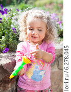 Белокурая девочка в розовой футболке летом на даче (2012 год). Редакционное фото, фотограф Нина Ефремова / Фотобанк Лори