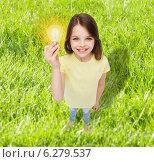smiling little girl holding light bulb. Стоковое фото, фотограф Syda Productions / Фотобанк Лори