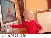 Купить «Baby boy watching television», фото № 6281649, снято 23 июля 2018 г. (c) BE&W Photo / Фотобанк Лори