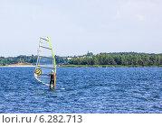 Сёрфер катается на озере. Редакционное фото, фотограф Евгений Питомец / Фотобанк Лори