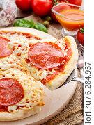 Купить «Italian cuisine: pizza with salami. Traditional dish», фото № 6284937, снято 18 июня 2019 г. (c) BE&W Photo / Фотобанк Лори