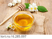 Купить «Jasmine honey on wooden table. Healthy food», фото № 6285097, снято 14 мая 2019 г. (c) BE&W Photo / Фотобанк Лори