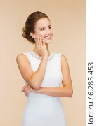 Купить «smiling woman in white dress with diamond ring», фото № 6285453, снято 1 июня 2014 г. (c) Syda Productions / Фотобанк Лори