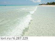 Купить «Набегающая волна в Карибском море», фото № 6287229, снято 10 июня 2014 г. (c) Александр Овчинников / Фотобанк Лори