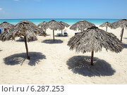 Купить «Зонтики на пляже города Варадеро», фото № 6287253, снято 11 июня 2014 г. (c) Александр Овчинников / Фотобанк Лори