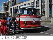 Купить «Автобус ЛАЗ-695Е на ретропараде к 90-летнему юбилею московского автобуса, проспект Академика Сахарова, Москва, 9 августа 2014», эксклюзивное фото № 6287329, снято 9 августа 2014 г. (c) lana1501 / Фотобанк Лори