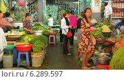 Купить «Продажа овощей и зелени на рынке, Пномпень, Камбоджа», видеоролик № 6289597, снято 20 апреля 2014 г. (c) pzAxe / Фотобанк Лори
