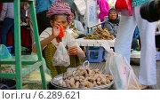Купить «Продажа сладкого картофеля на рынке, Пномпень, Камбоджа», видеоролик № 6289621, снято 20 апреля 2014 г. (c) pzAxe / Фотобанк Лори