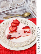 Купить «Piece of strawberry cake. Summer party dessert», фото № 6291137, снято 18 июня 2019 г. (c) BE&W Photo / Фотобанк Лори