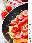 Strawberry omelette on frying pan. Стоковое фото, агентство BE&W Photo / Фотобанк Лори