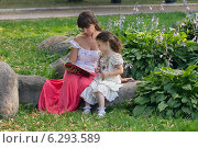 Купить «Мама и дочка читают книгу в парке», фото № 6293589, снято 18 июля 2014 г. (c) Алексей Назаров / Фотобанк Лори