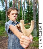 Купить «Маленький хулиган с рогаткой», фото № 6293641, снято 30 июля 2014 г. (c) Дмитрий Наумов / Фотобанк Лори