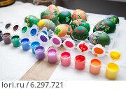 Купить «Разноцветные краски в пластмассовых контейнерах и пасхальные яйца на столе», фото № 6297721, снято 19 апреля 2014 г. (c) Сурикова Ирина / Фотобанк Лори