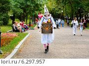 Купить «Белый (грустный) клоун с шарманкой идет по бульвару в городе Москве», фото № 6297957, снято 16 августа 2014 г. (c) Николай Винокуров / Фотобанк Лори