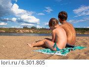 Купить «Дети обсыхают на солнышке после купания в реке», фото № 6301805, снято 3 августа 2014 г. (c) Николай Мухорин / Фотобанк Лори