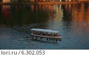 Купить «Прогулочная лодка на озере Удайпур, Индия», видеоролик № 6302053, снято 13 августа 2014 г. (c) Игорь Жоров / Фотобанк Лори