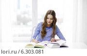 Купить «Happy smiling student girl with books», видеоролик № 6303081, снято 11 марта 2014 г. (c) Syda Productions / Фотобанк Лори