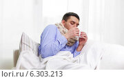 Ill man with flu at home sneezing and blowing nose. Стоковое видео, видеограф Syda Productions / Фотобанк Лори