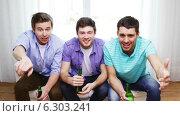 Купить «Happy male friends with beer watching tv at home», видеоролик № 6303241, снято 8 апреля 2014 г. (c) Syda Productions / Фотобанк Лори