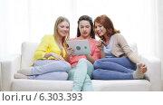 Купить «Teenage girls with tablet pc and credit card», видеоролик № 6303393, снято 8 мая 2014 г. (c) Syda Productions / Фотобанк Лори