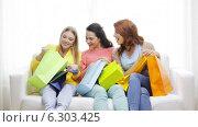 Купить «Smiling teenage girls with many shopping bags», видеоролик № 6303425, снято 8 мая 2014 г. (c) Syda Productions / Фотобанк Лори