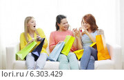 Купить «Smiling teenage girls with many shopping bags», видеоролик № 6303429, снято 8 мая 2014 г. (c) Syda Productions / Фотобанк Лори