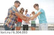 Купить «Group of smiling teenagers hanging out outdoors», видеоролик № 6304093, снято 12 августа 2014 г. (c) Syda Productions / Фотобанк Лори
