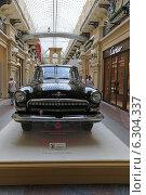 Купить «Черный автомобиль «Волга» ГАЗ-22 образца 1962 года на выставке Собрания классических автомобилей Gorkyclassic в ГУМе, Москва», эксклюзивное фото № 6304337, снято 20 августа 2014 г. (c) Алексей Гусев / Фотобанк Лори