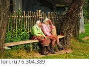 Купить «Местные жители на лавочке в деревне, Калужская область», эксклюзивное фото № 6304389, снято 20 июля 2009 г. (c) lana1501 / Фотобанк Лори