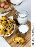 Купить «Слоенные пирожки, стакан и кувшин молока на столе. Греческая кухня», фото № 6307741, снято 27 июня 2014 г. (c) Татьяна Ляпи / Фотобанк Лори