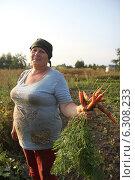 Купить «Дачница с урожаем моркови», эксклюзивное фото № 6308233, снято 14 августа 2014 г. (c) Инна Козырина (Трепоухова) / Фотобанк Лори