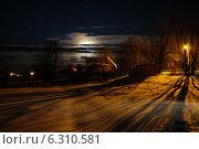 Лунная зимняя ночь в деревне с уличным освещением. Стоковое фото, фотограф Иван Рочев / Фотобанк Лори