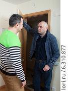 Купить «Мужчина пришел в гости к другу», фото № 6310877, снято 26 марта 2019 г. (c) Дарья Филимонова / Фотобанк Лори